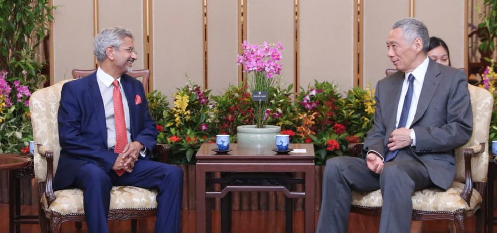 External Affairs Minister meets Lee Hsien Loong, Prime Minister of Singapore in Singapore