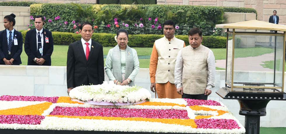 U Win Myint, President of Myanmar pays homage at the Samadhi of Mahatma Gandhi at Rajghat, New Delhi